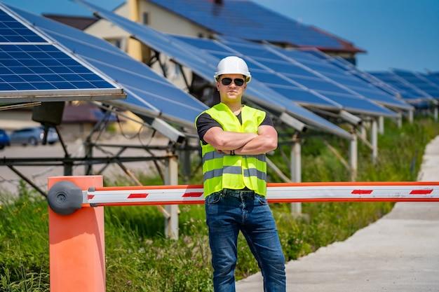 Solarenergie-panel. grüne energie. stromproduktion. energietafeln. solarenergie-panel. grüne energie. elektrizität. power-energie-panels. ingenieur an einer solaranlage