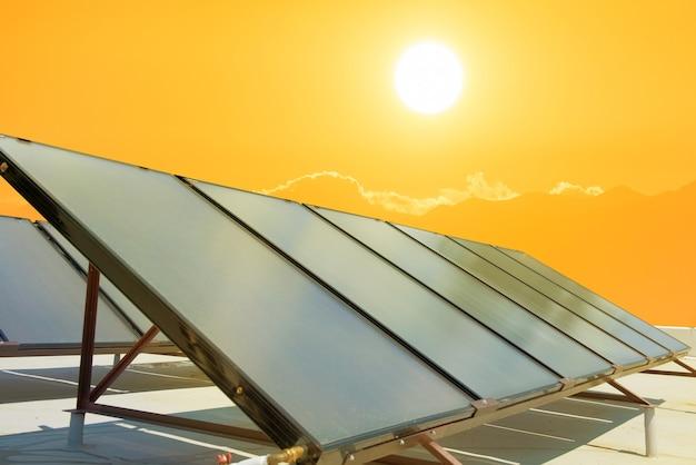 Solarenergiezellen mit oranger sonnenuntergangssonne
