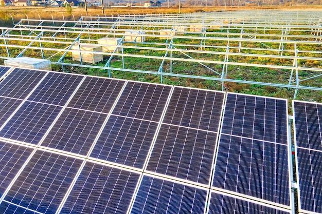 Solarkraftwerk im bau auf der grünen wiese. montage von schalttafeln zur erzeugung sauberer ökologischer energie.