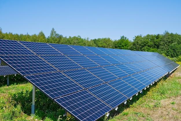 Solarkraftwerk im sommertag photovoltaik-paneele für erneuerbare stromerzeugung