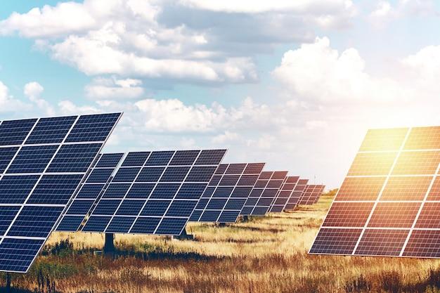 Solarkraftwerke. sonnenkollektoren auf dem himmelshintergrund. alternative energie