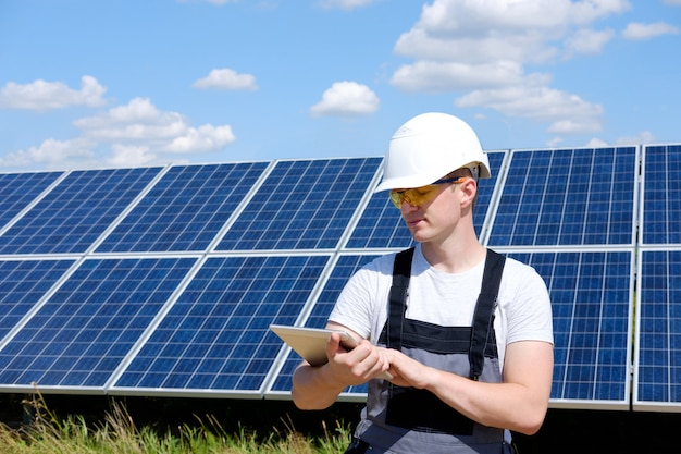 Solarmodulingenieur im weißen fass
