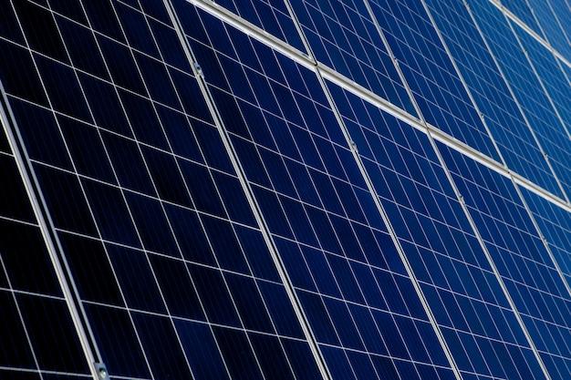 Solarpanel, alternative stromquelle, konzept nachhaltiger ressourcen, und dies ist ein neues system, das mehr strom erzeugen kann als das original. dies sind die sonnennachführungssysteme