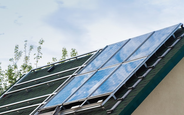 Solarpanel auf dem dach des hauses.