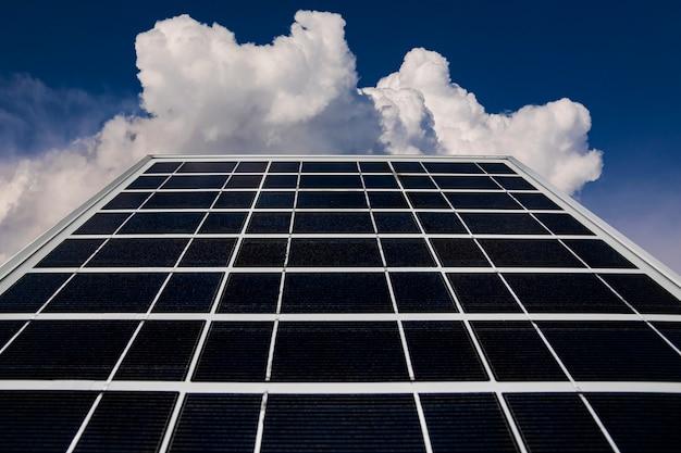 Solarpanel auf einem hintergrund eines schönen blauen himmels. grüne energie.