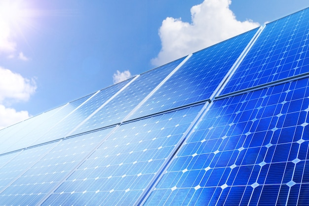 Solarpanel erzeugt grüne, umweltfreundliche energie aus der sonne.