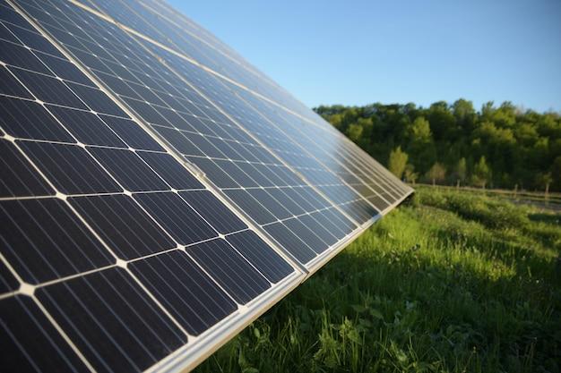 Solarpanel gegen blaue himmelsoberfläche