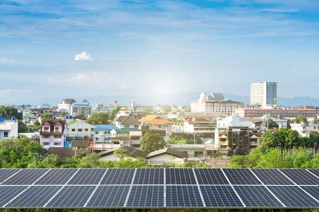Solarpanel mit modernem stadtbau