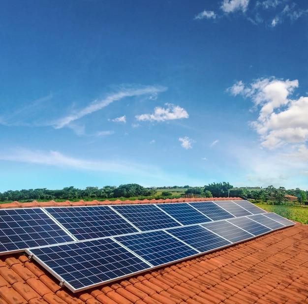 Solarpanel photovoltaikanlage auf einem dach, alternative stromquelle