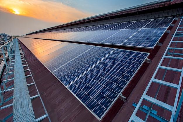 Solarpanel photovoltaikanlage auf einem dach der fabrik, alternative stromquelle - konzept der nachhaltigen ressourcen.