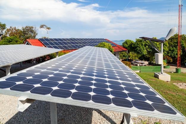 Solarpanel und solarenergiepanel blauer himmel und sonnenlicht ökologiekonzept.