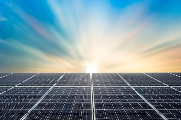 Solarpanel-zelle auf dramatischem sonnenuntergangshimmelhintergrund, sauberes alternatives energieenergiekonzept.