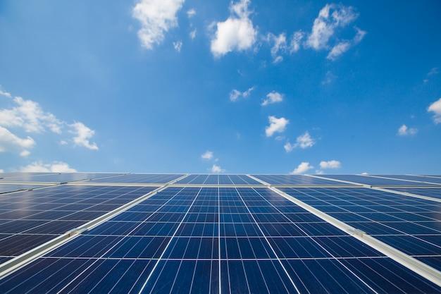 Solarplatten. kraftwerk. blaue sonnenkollektoren. alternative stromquelle. solarpark.