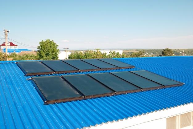 Solarwasserheizung auf dem hausdach.