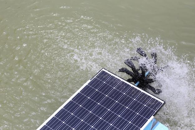 Solarwasserturbine im teich.
