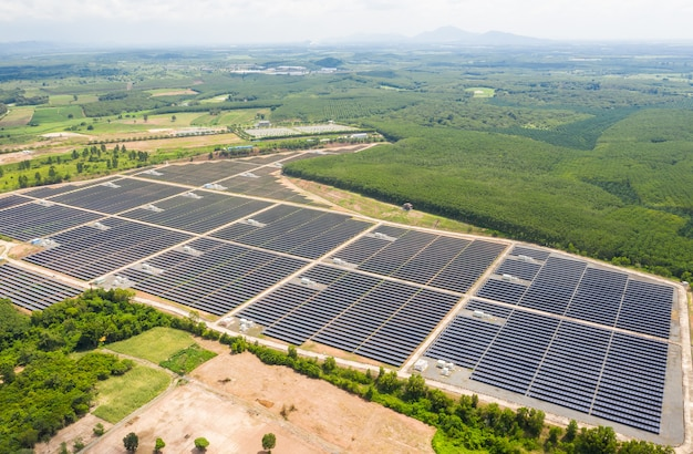Solarzellen-energiefarm. hohe winkelsicht von sonnenkollektoren auf einem energiebauernhof.