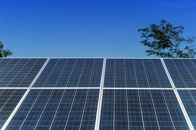 Solarzellen wandeln sonnenenergie in sonne um. solarzellenkonzept mit kopienraum