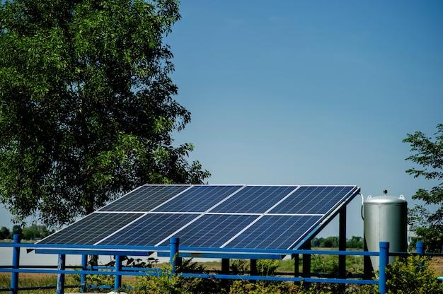 Solarzellen wandeln sonnenenergie von der sonne in energie um. solarzellenkonzept mit kopienraum
