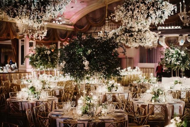 Solch charmante dekoration des glänzenden restaurants