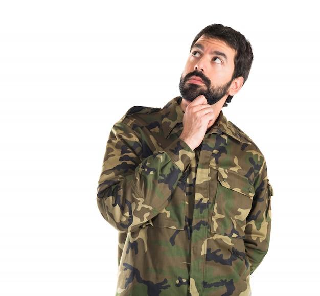Soldat denken über weißem hintergrund