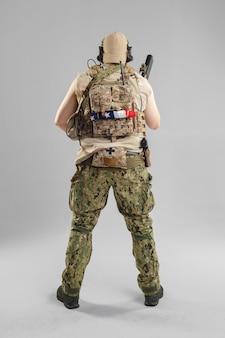 Soldat der besonderen kräfte mit gewehr auf weiß