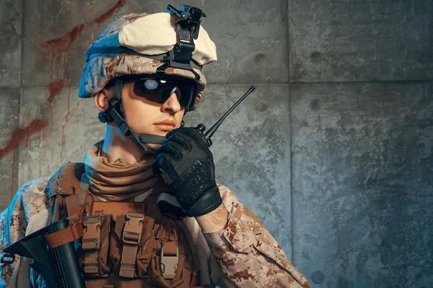 Soldat der besonderen kräfte vereinigte staaten oder privater auftragnehmer des militärs, der gewehr, bild auf einer dunkelheit hält