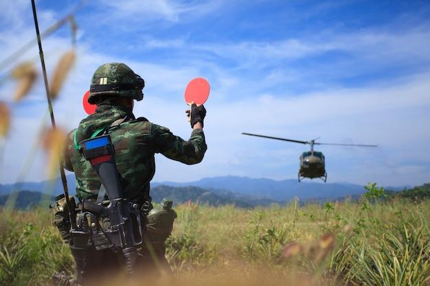 Soldat, der dem hubschrauber das signal zur landung gibt