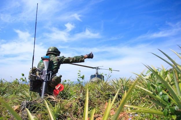 Soldat, der dem hubschrauber das signal zur landung gibt Premium Fotos