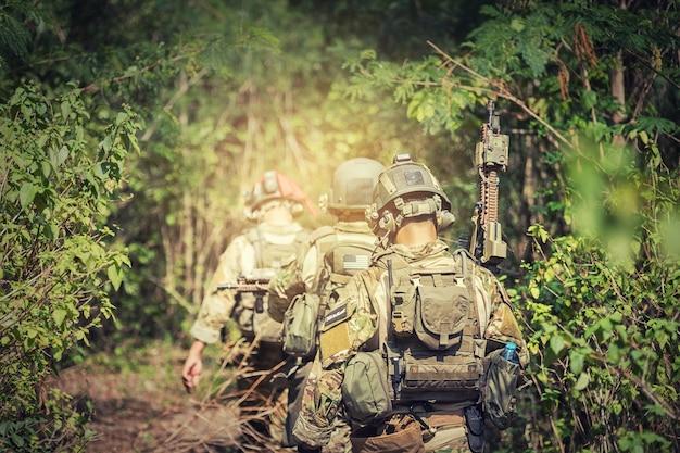 Soldat, der gewehr mit voller armeeuniform hält