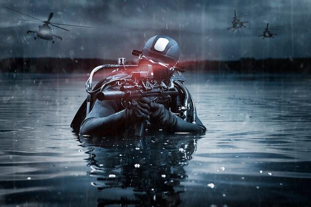 Soldat der special forces geht inmitten von militäroperationen an den strand und fliegt hubschrauber. das konzept von videospielen, online-rpg. gemischte medien