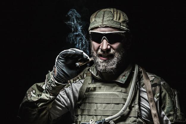 Soldat der us-armee raucht