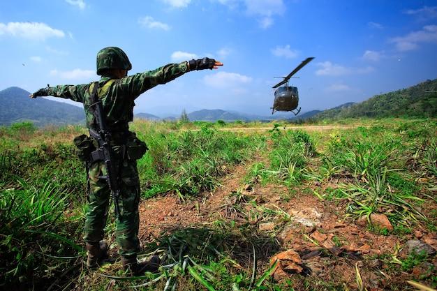 Soldat gibt dem hubschrauber landesignal
