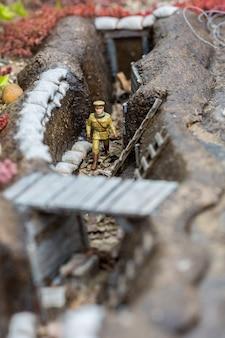 Soldat im graben, miniaturszene im freien, europa. mini figuren mit hoher entkalkung von objekten, realistisches diorama, spielzeugmodell