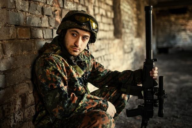 Soldat im krieg mit waffen