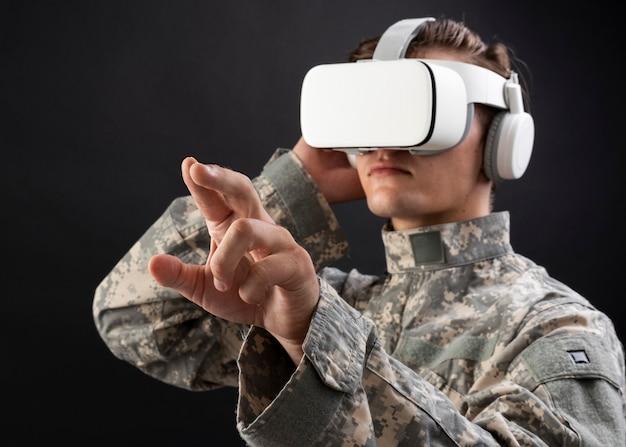 Soldat im vr-headset, das den virtuellen bildschirm für das simulationstraining der militärtechnologie berührt