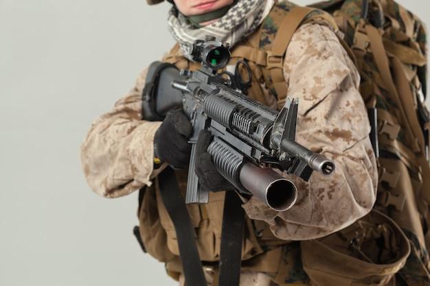 Soldat in der tarnung, die gewehr hält