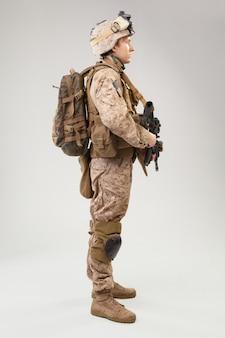 Soldat in uniform der us-marinesoldaten mit gewehr