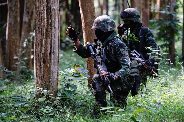Soldat in uniform mit waffe
