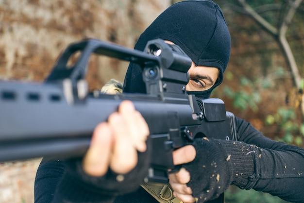 Soldat kämpft auf dem feindlichen land. konzept über kriegsführung und terrorismus