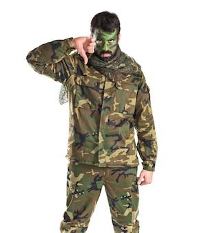 Soldat macht schlechtes signal