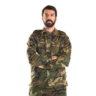 Soldat mit gekreuzten armen