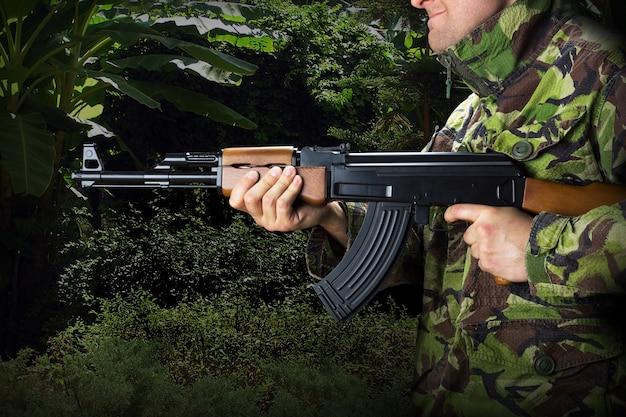 Soldat mit gewehr ak-47 im dschungel