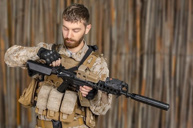 Soldat mit gewehr