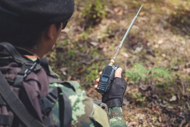 Soldat mit schwarzem walky talky