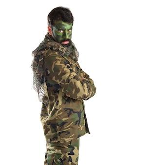 Soldat mit seinem gesicht gemalt
