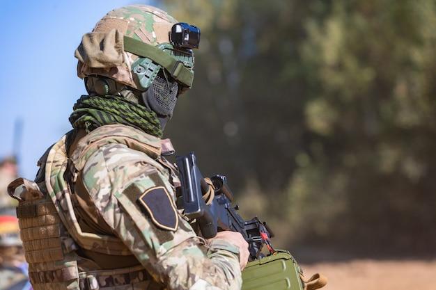 Soldat mit sturmgewehr mit schalldämpfer