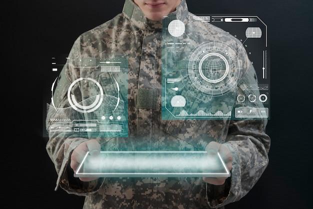Soldat mit virtueller tablet-hologramm-armee-technologie