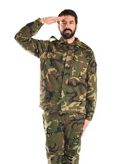 Soldat salutiert über weißem hintergrund