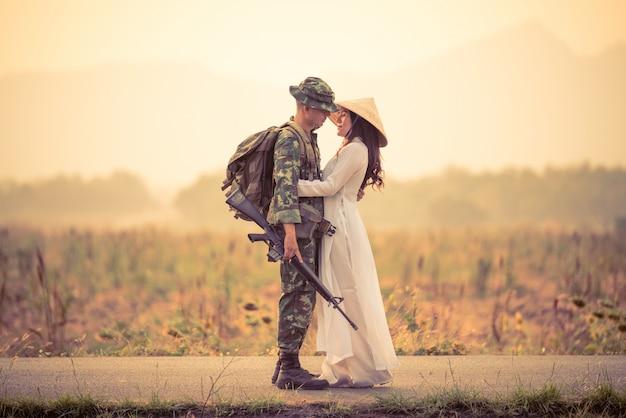 Soldat trägt uniform und braut umarmt