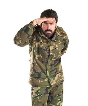 Soldat zeigt etwas über weißem hintergrund